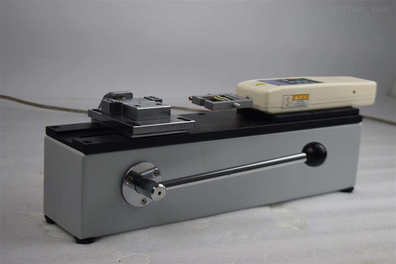 电线端子拉力试验机——产品介绍 简介: SHADL线束端子拉力试验机是针对线束及电子行业研制开发的一种检测设备,端子拉力试验机专用于检测各种线束接线端子的拉脱力。可配置推拉力计和专用夹具,线束端子拉力检测仪设备小巧、控制准确、测量精度高、试件装夹方便、操作简单等特点,是线束生产厂家确保产品质量的理想设备。  线束端子拉力试验机介绍: 1、仪器的机座: • 卧式安装。 • 手动操作,操作简单稳定。 • 可将端子拉力试验机安装于桌(台)上使用,使机架更加稳