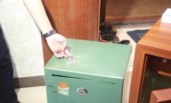 4)锁具:如果说传统结构是一个面,那么锁具就是最重要的一个点,破坏锁具或者仿照钥匙都相当于破坏了防盗机构的心脏。复杂的锁具能有效防止破坏和钥匙仿照。比如说玥玛760锁芯,就具有超强的防技术开启功能。      5)辅助零配件:零配件的处理都要保证其性能的可靠,以应对千变万化的使用环境。      6)报警功能:应该询问清楚是否有自动报警功能,在什么情况下可以自动报警(如移动、撞击或三次错码),当然,激活条件越丰富越好。现在很多保险柜尚没有自动报警功能,或自动报警激活条件很少,选购时需要询问清楚