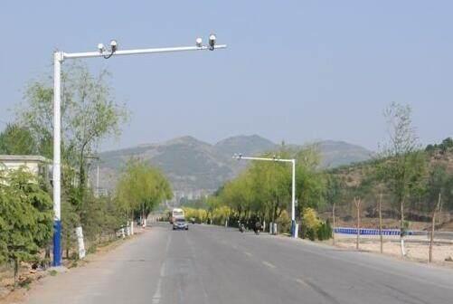那么,农村道路电子监控系统如何布置呢?      一、道路监控摄像机要求      道路监控系统在农村治安防控中发挥着重要的作用,进一步优化监控系统、拓展它的各项功能,不仅可以降低建设和维护成本,而且可以为治安、交通事故逃逸等各类案件的侦破提供技术支持,能够大大提高公安机关执法办案的水平和侦破效率。      随着视频监控技术的高速发展,城市交通治安管理视频监控系统中对产品的要求也在不断提高,功能要求更完善、性能要求更稳定、图像质量要求更加清晰、准确。出台模拟监控由于图像清晰度低、可看范围小等等